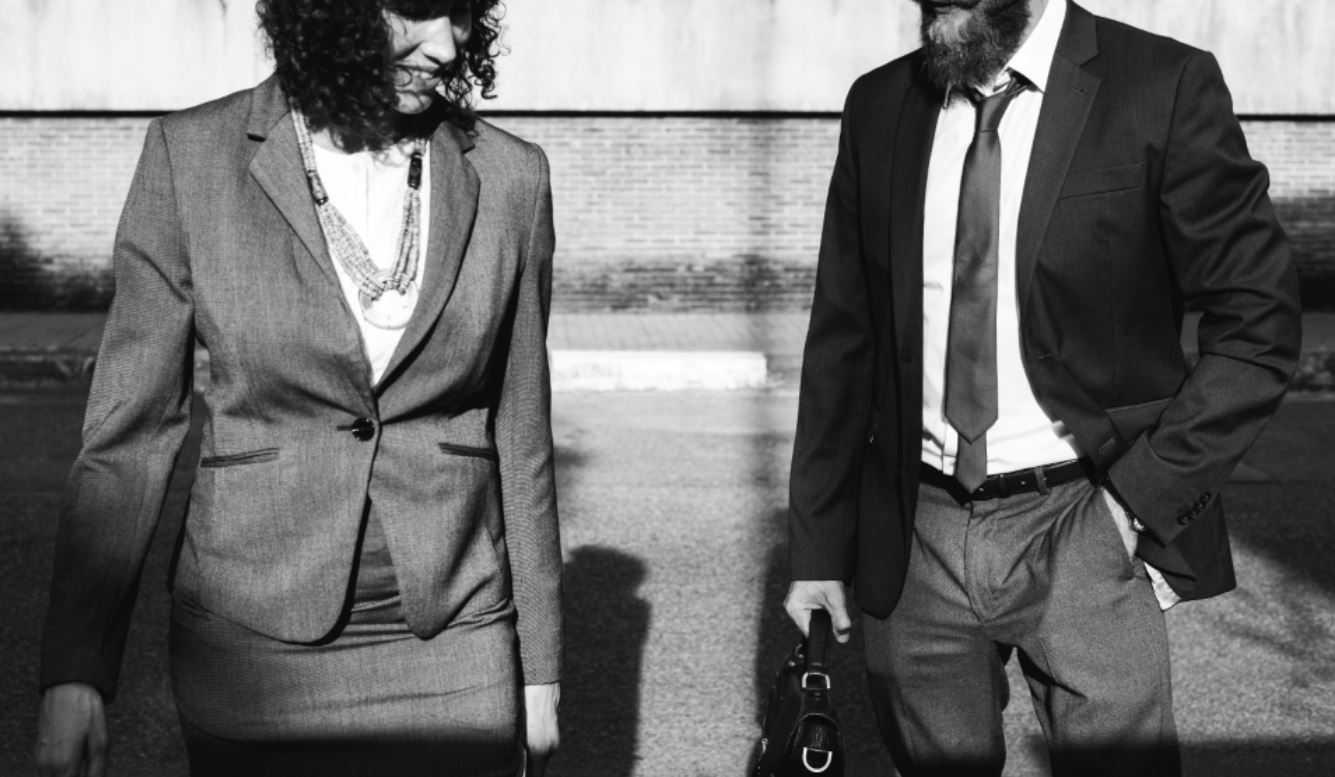 man en vrouw in pak